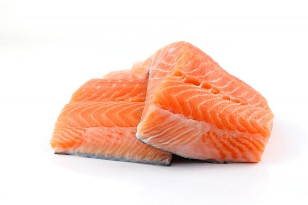 Filé de salmão isolado no fundo branco