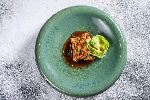 Filé de salmão japonês coberto com molho teriyaki e abacate