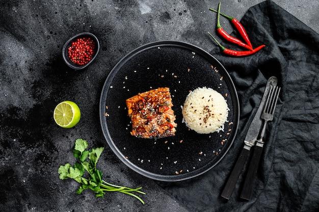 Filé de salmão japonês teriyaki grelhado, envidraçado com molho delicioso com um prato de arroz. vista do topo