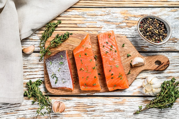 Filé de salmão salgado com tomilho.