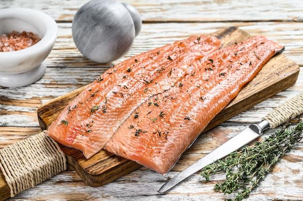 Filé de truta ou salmão cru com especiarias e ervas