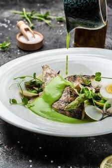 Filé zander com frutos do mar e vegetais. o chef serve o prato com molho de creme de vegetais, gorduras saudáveis, alimentação limpa para perda de peso,