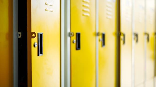 Fileira de armários de metal amarelo no vestiário