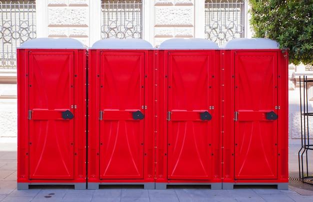 Fileira de banheiros portáteis