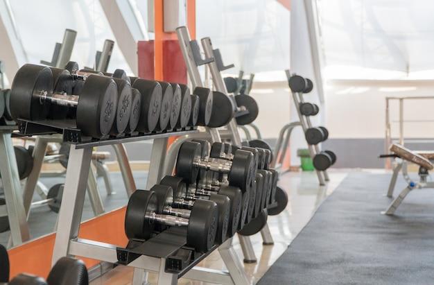 Fileira de halteres em uma academia moderna