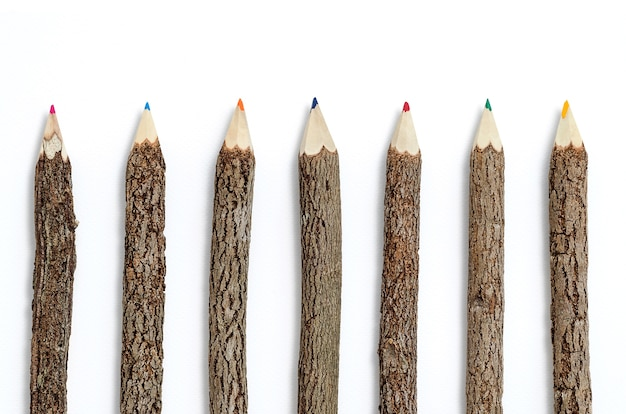 Fileira de lápis de madeira em fundo branco isolado.