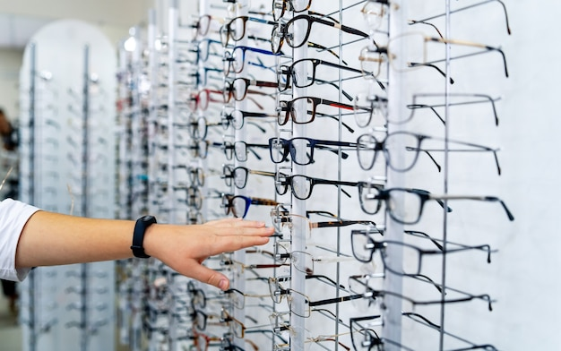 Fileira de óculos em um oculista.