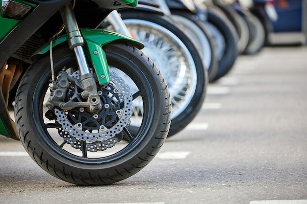 Fileira de rodas de motocicleta em um estacionamento