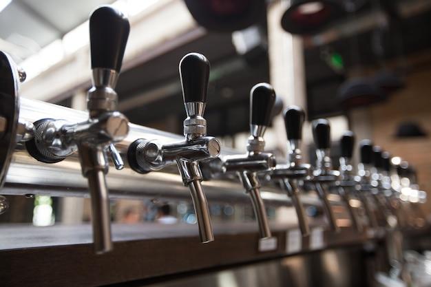 Fileira de torneiras de cerveja no bar