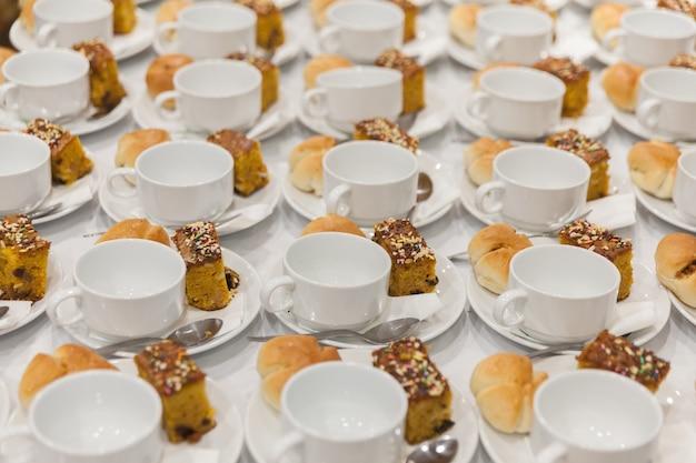 Fileira xícara de café pronto para servir