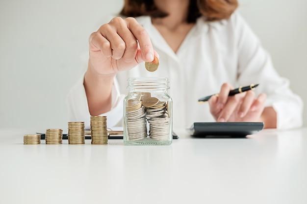 Fileiras das moedas para o conceito da finança e da operação bancária com homem e mulher de negócio. uma metáfora da consultoria financeira internacional.