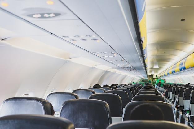 Fileiras de assentos de avião na cabine do avião