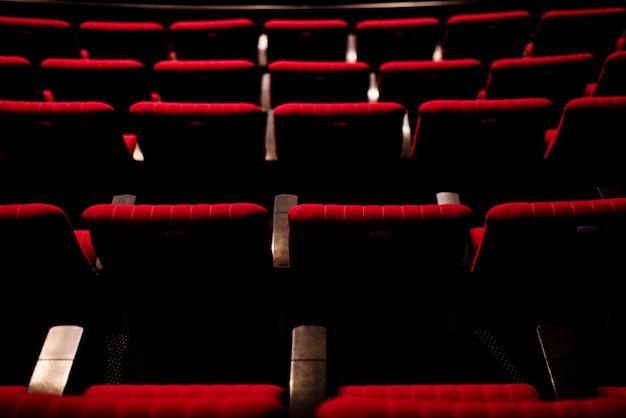 Fileiras de assentos vermelhos em um teatro