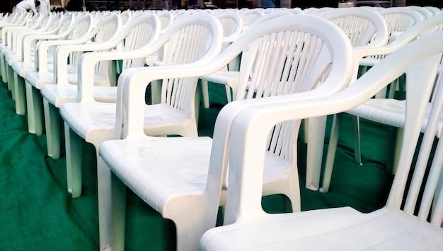 Fileiras de cadeiras brancas vazias esperando pelo público na índia