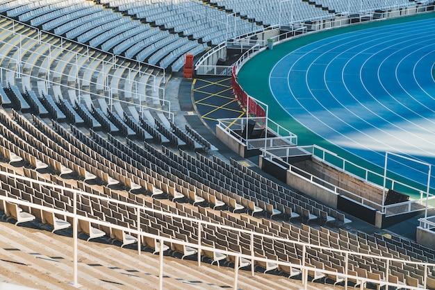 Fileiras de cadeiras vazias em um estádio olímpico
