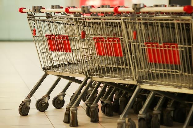 Fileiras de carrinhos de compras na loja