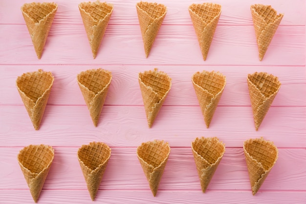 Fileiras de cones de sorvete waffle vazio