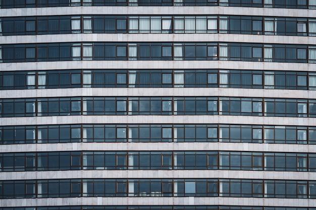 Fileiras de janelas de um edifício urbano