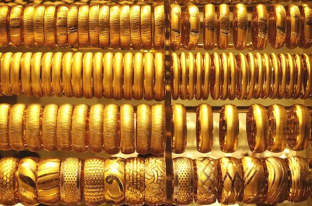 Fileiras de pulseiras de joias de ouro