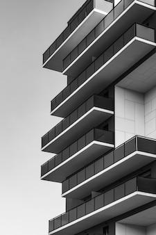 Fileiras de varandas na esquina de um prédio urbano