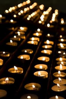 Fileiras de velas na igreja