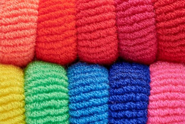 Fileiras do close-up scrunchy macio multi-colorido brilhante.