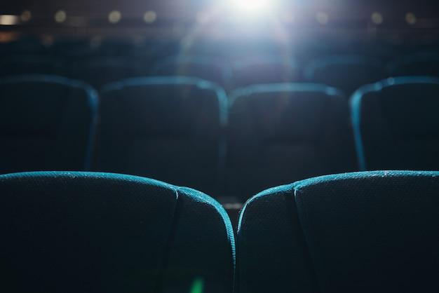 Fileiras vazias de assentos no cinema ou teatro