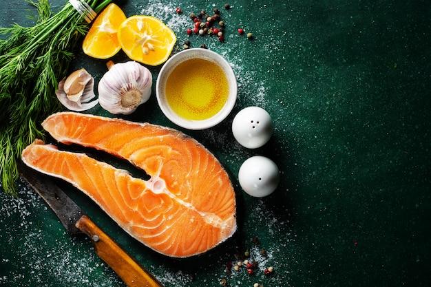 Filés de peixe cru com ingredientes