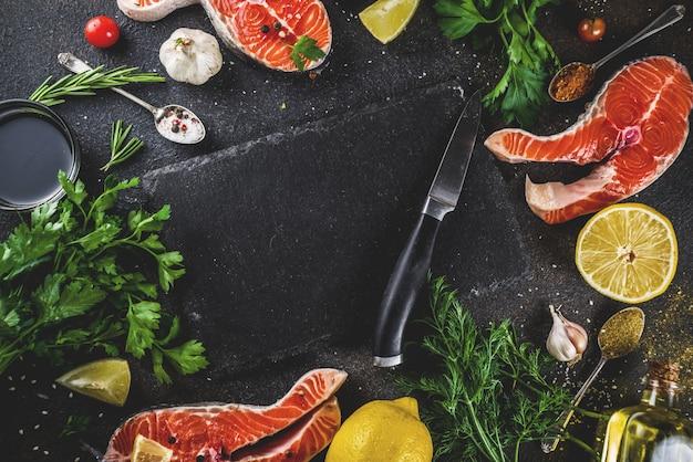 Filés de peixe salmão cru com limão, ervas, azeite, pronto para grelhar