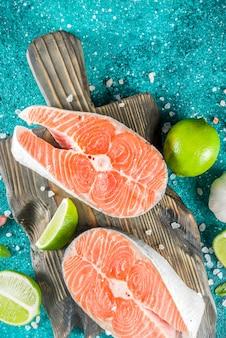 Filés de salmão cru com especiarias