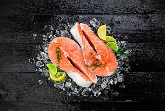 Filés de salmão no fundo da mesa de madeira preto