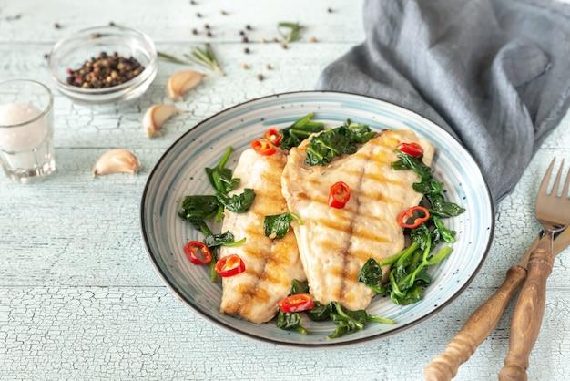 Filete de peixe grelhado dourada com espinafre