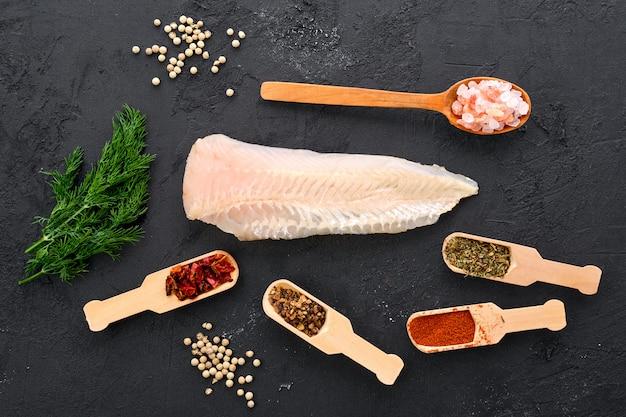 Filete de pescada em águas rasas cruas em preto