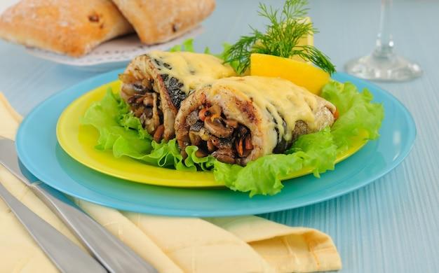 Filetes de arenque assados com cogumelos e queijo