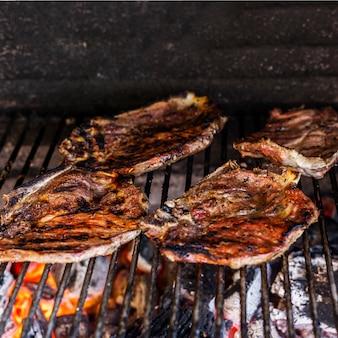 Filetes de carne rústica preparada na churrasqueira