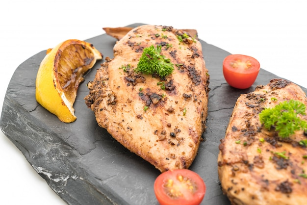 Filetes de frango grelhado na chapa de ardósia