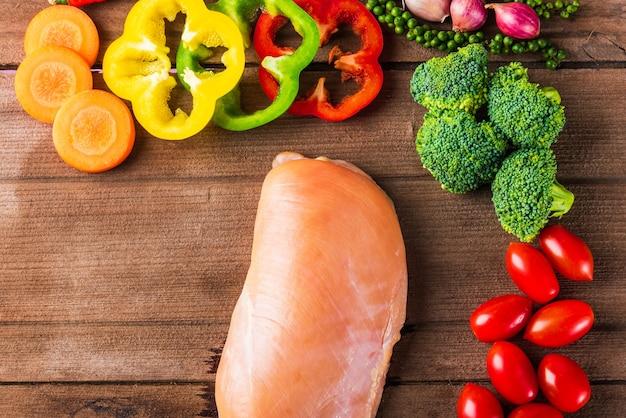 Filetes de peito de frango fresco cru e vegetal