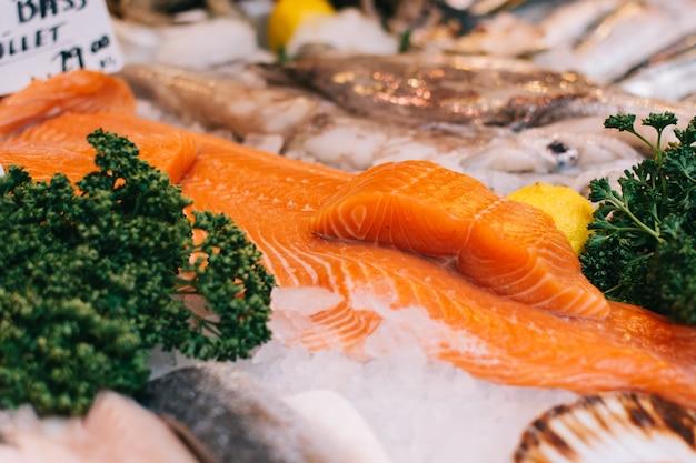 Filetes de robalo no mercado de peixe