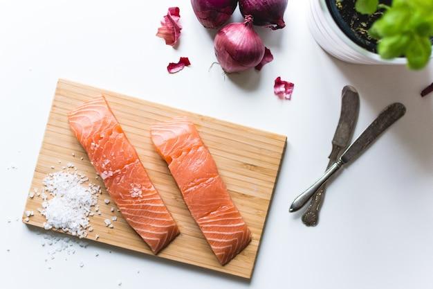 Filetes de salmão cru preparados para cozinhar