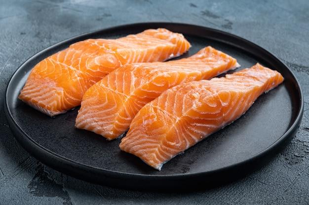 Filetes de salmão crus, em fundo cinza