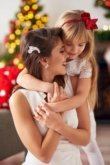 Filha abraçando mamãe tão forte