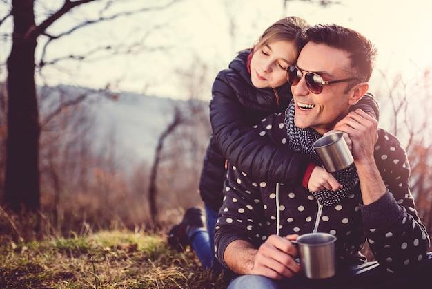 Filha, abraçando o pai