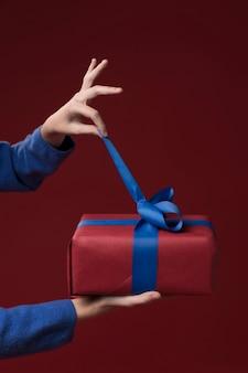 Filha abrindo um presente
