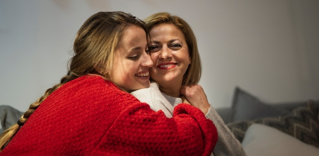 Filha adorável e mãe abraçando
