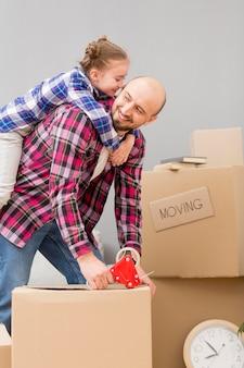 Filha, ajudando a embalar as caixas