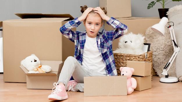 Filha, ajudando com caixas de embalagem