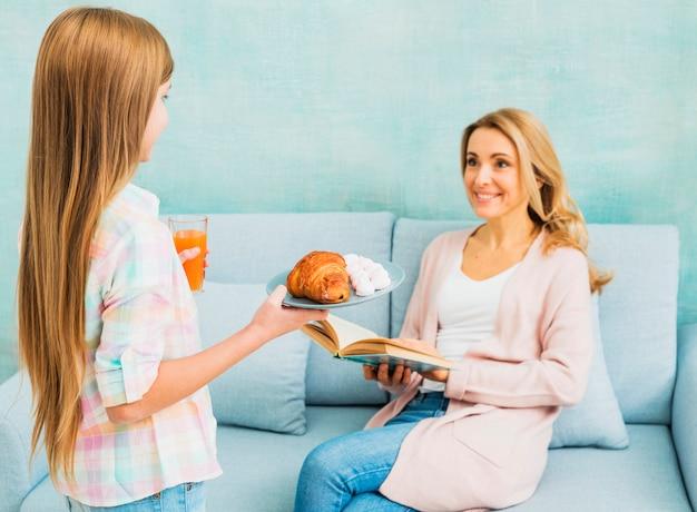 Filha, apresentando, mother`s, dia, pequeno almoço, para, mãe