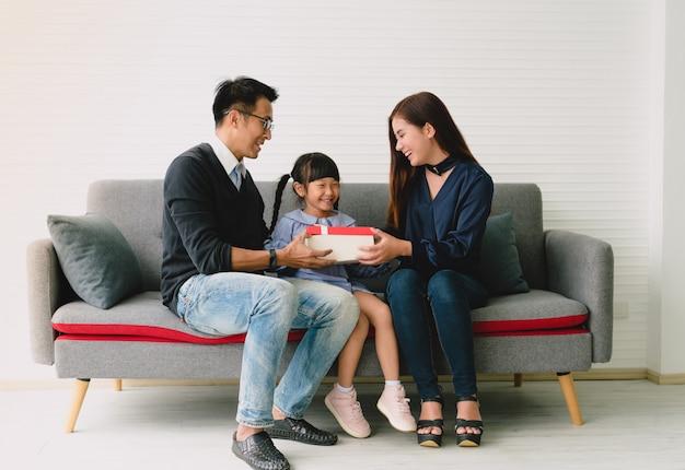 Filha asiática que prende atual com pai e mãe.