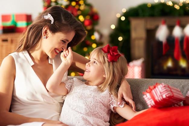 Filha brincando com a mamãe pegando o nariz dela