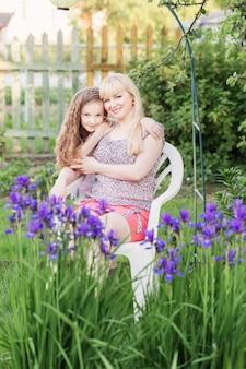 Filha com a mãe no jardim
